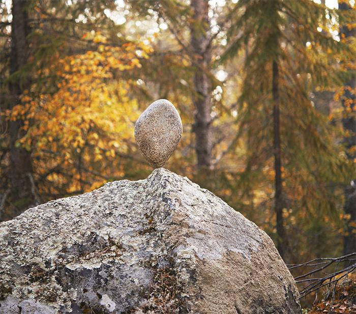 Två världar som möts. En sten som funnits i skogen sedan urminnes tider, och en annan sten som legat i en flod sedan tidens begynnelse och slipats rund och vacker av vattnet. Tillsammans skapar de balans.