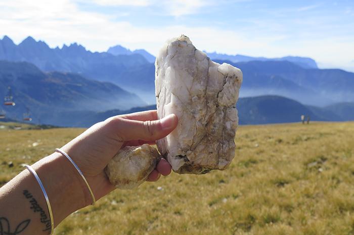 Jag hittade många vackra stenar under vandringen. Jag fyllde väskan med så många jag kunde.