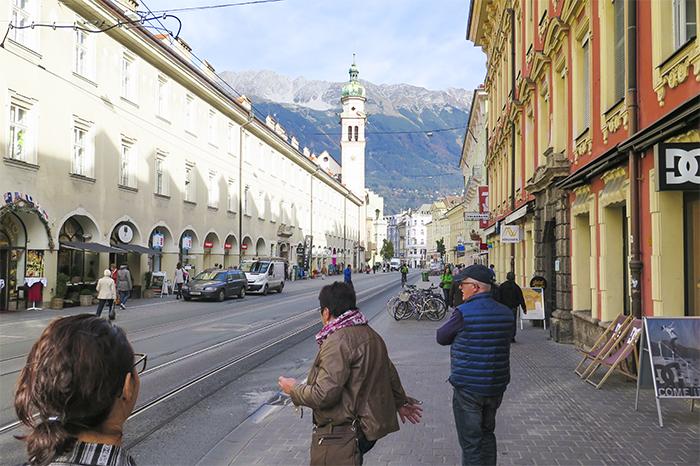 Vacker stad med bergen i bakgrunden.