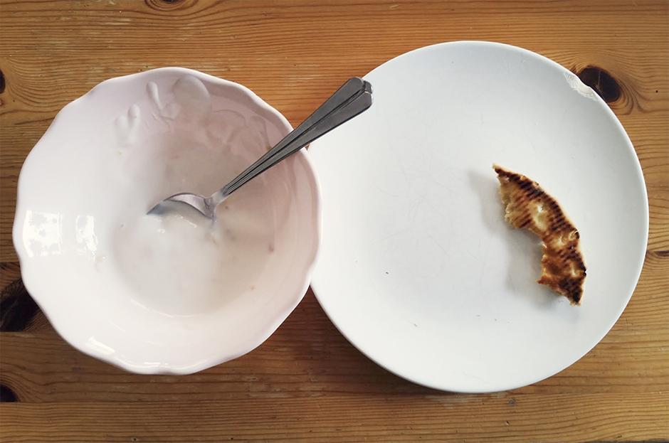 """Dagens """"lunch"""" blev nästan som en försenad frukost. Rostade mackor och fruktyoghurt! Jag vart så hungrig fort så hann fixa något bättre ;)"""
