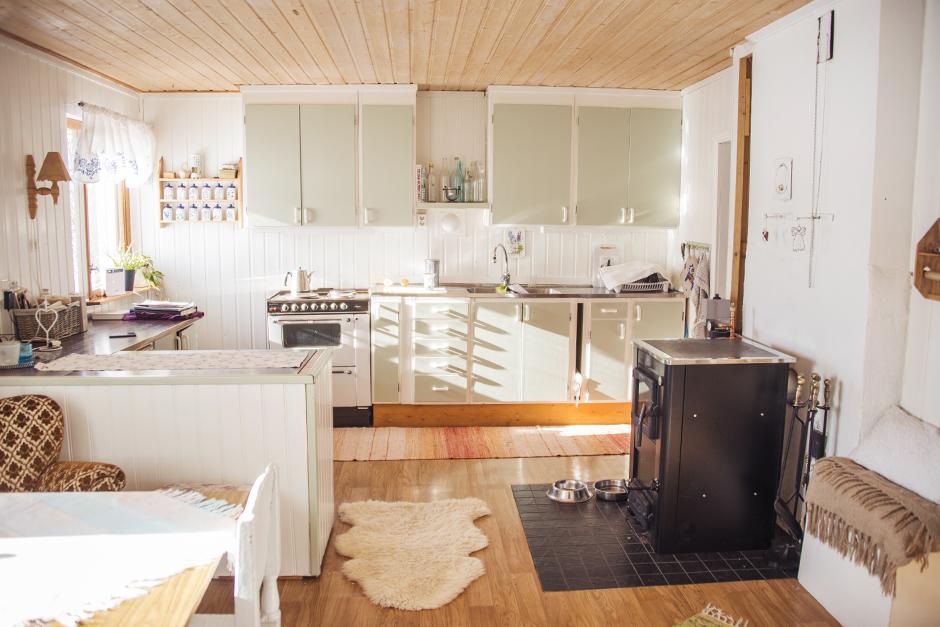 Och här kommer vi in i köket, husets hjärta, där jag även har min vedpanna.