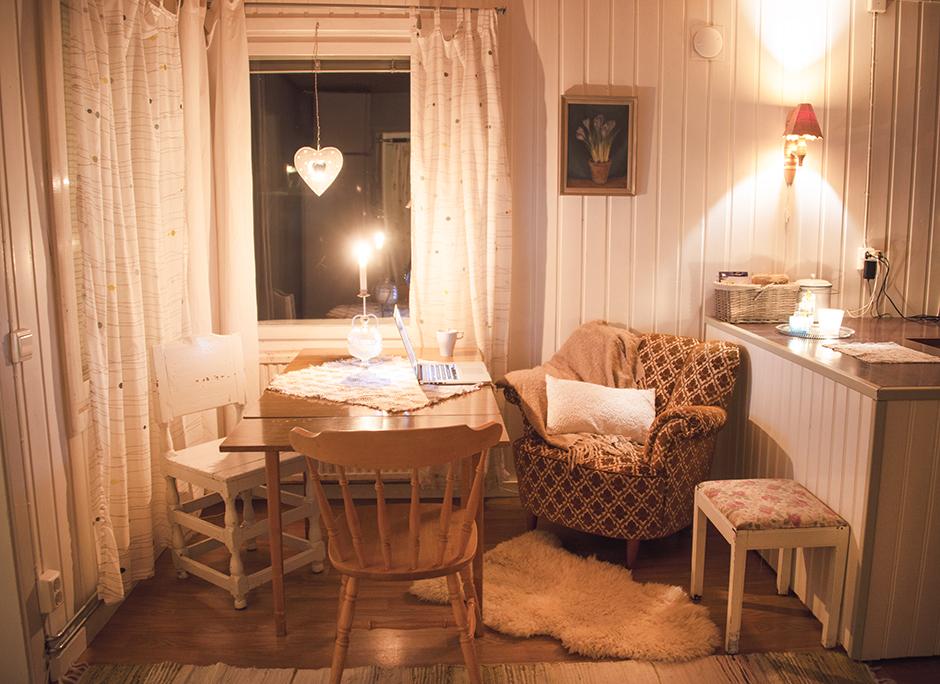 Och andra sidan av köket. Köksbordet och min absoluta favoritfåtölj.
