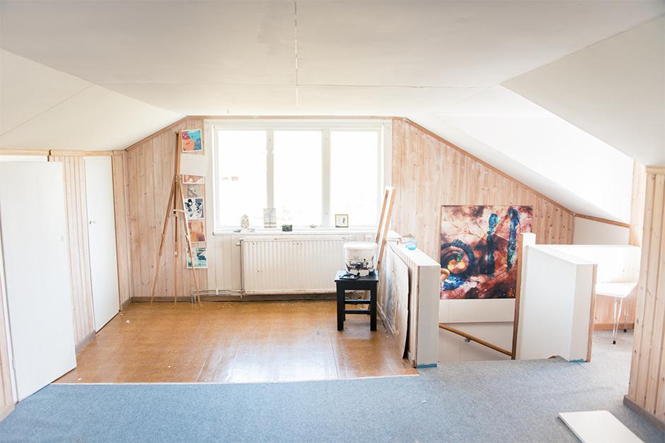 """Och när man kommer upp på övervåningen nu så ser det först ganska tomt ut. Här hade jag min ateljé förut. Superfint rum men väldigt lågt i tak. Det är många långa människor som inte kan stå helt upprätt här uppe. De måste varit väldigt korta förr i tiden?  Här har jag i alla fall en dröm om att fixa ett riktigt mysigt vardagsrum. Det känns som det enda jag """"saknar"""" här hemma idag. Någonstans att sitta eller umgås med vänner istället för i köket. En soffa, och kanske en TV. Jag är ingen stor TV tittare men det vore mysigt med ett litet vardagsrum här uppe. Soffan ska jag i så fall ha vid fönstren så jag kan ligga och titta på norrskenet om vinternätterna :)"""