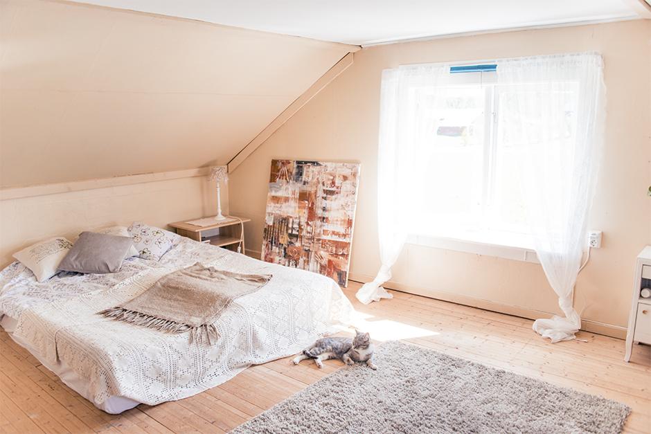 Och här är mitt sovrum. Jag trivs så bra med att sova här uppe. Förut har jag alltid haft mitt sovrum där nere bredvid köket, där jag idag har mitt arbetsrum. Men det här rummet är helt perfekt som sovrum. Det är så mysigt och romantiskt och vackert ljus.