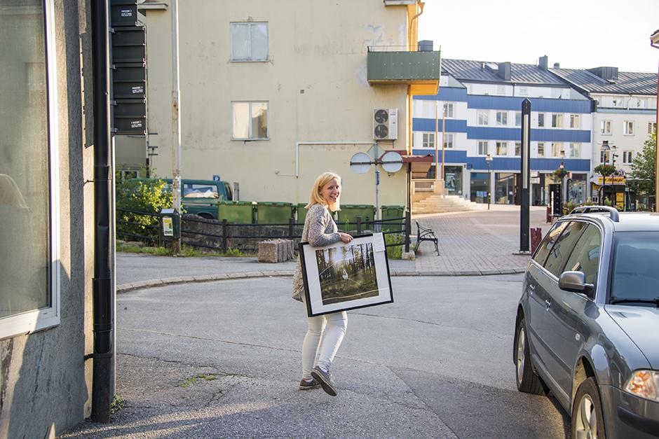 Den här härliga tjejen som heter Sofia kom och förgyllde kvällen. Hon var från Stockholm och har tagit bilen med sin hund och katt och åkt ut på en roadtrip i Norrland. Bara sådär! Utan någon plan. Så himla underbart!  Hon har läst min blogg ett bra tag och befann sig nu i Sollefteå så hon kom på vernissagen. Dessutom köpte hon en tavla av mig. Eftersom hon inte var ifrån trakten så fick hon ta med sig den direkt. Jag hade ju inget att slå in den i men hon tog den under armen. Det såg så fint ut när hon gick iväg med den :)