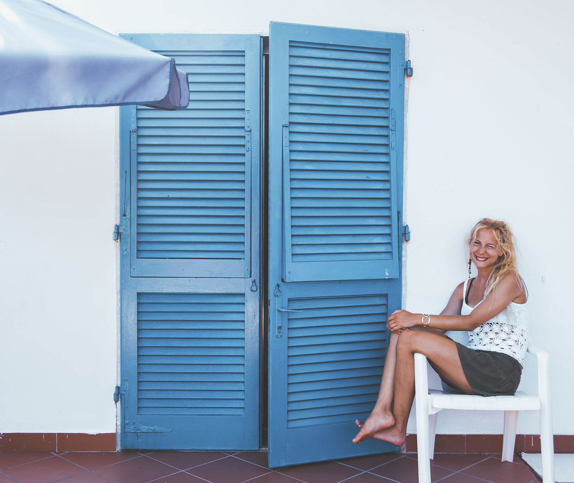 Utanför rummet i hotellet. Älskar de blåa dörrarna och en lilla uteplatsen utanför.