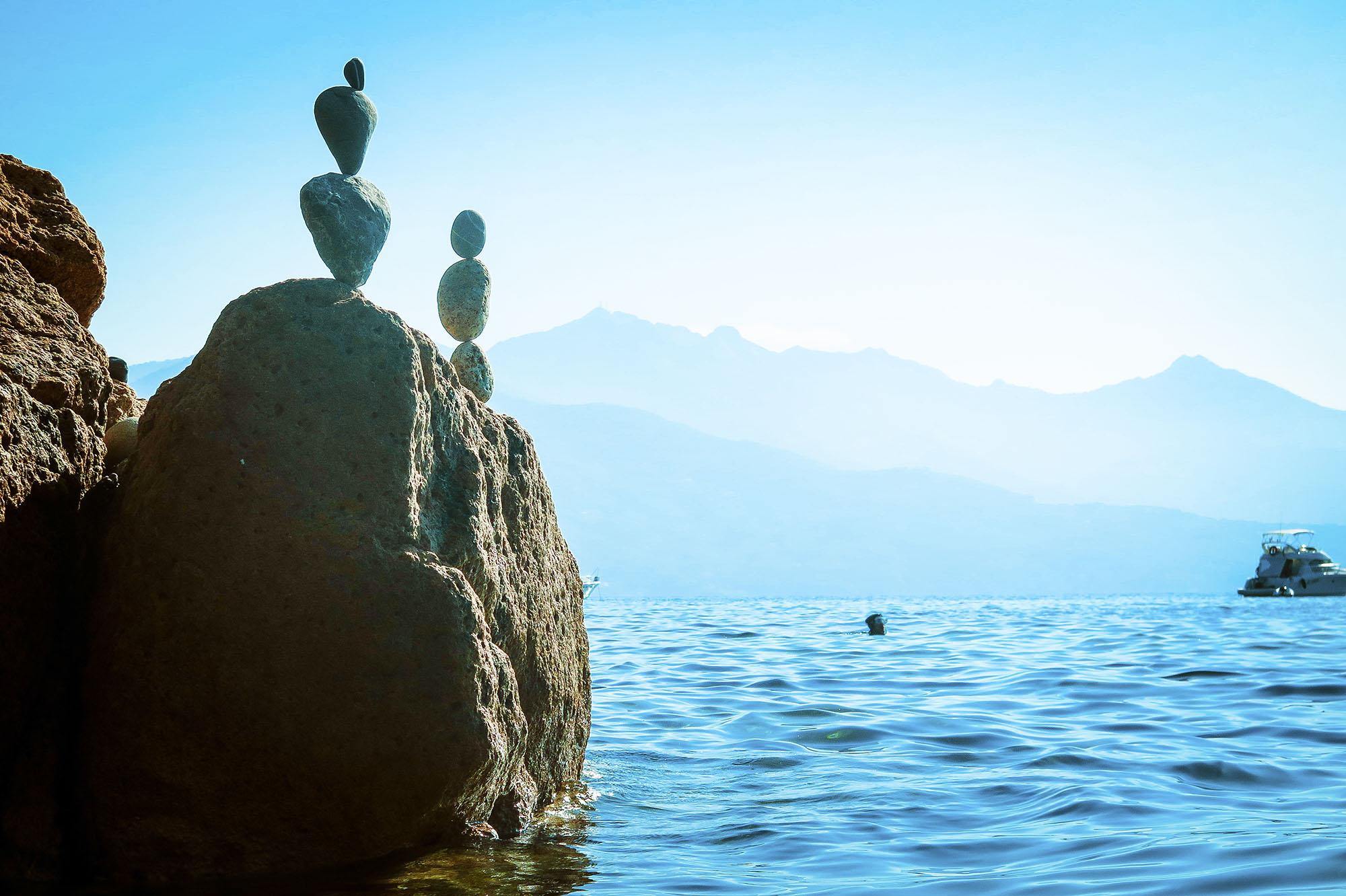 Gör stenkonst nere vid hotellets strand nästan varje dag. Det finns så många vackra stenar i olika former. Och jag älskar att hålla på med något projekt. Att dyka efter stenar, bygga något eller simma till nya platser. Jag är dålig på att bara ligga stilla och sola.