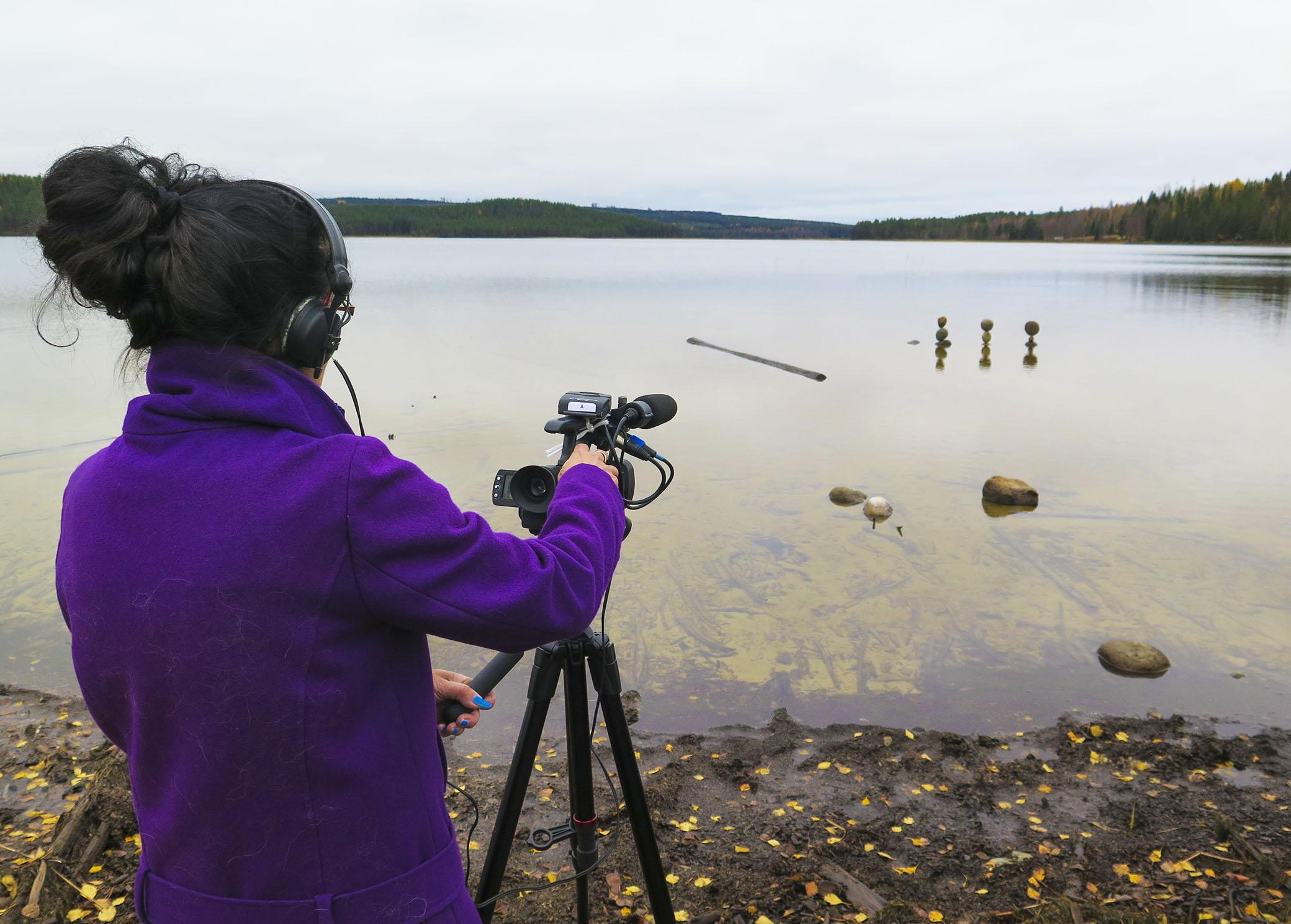 Mitra är också den enda som någonsin filmat mig när jag balanserar stenar.