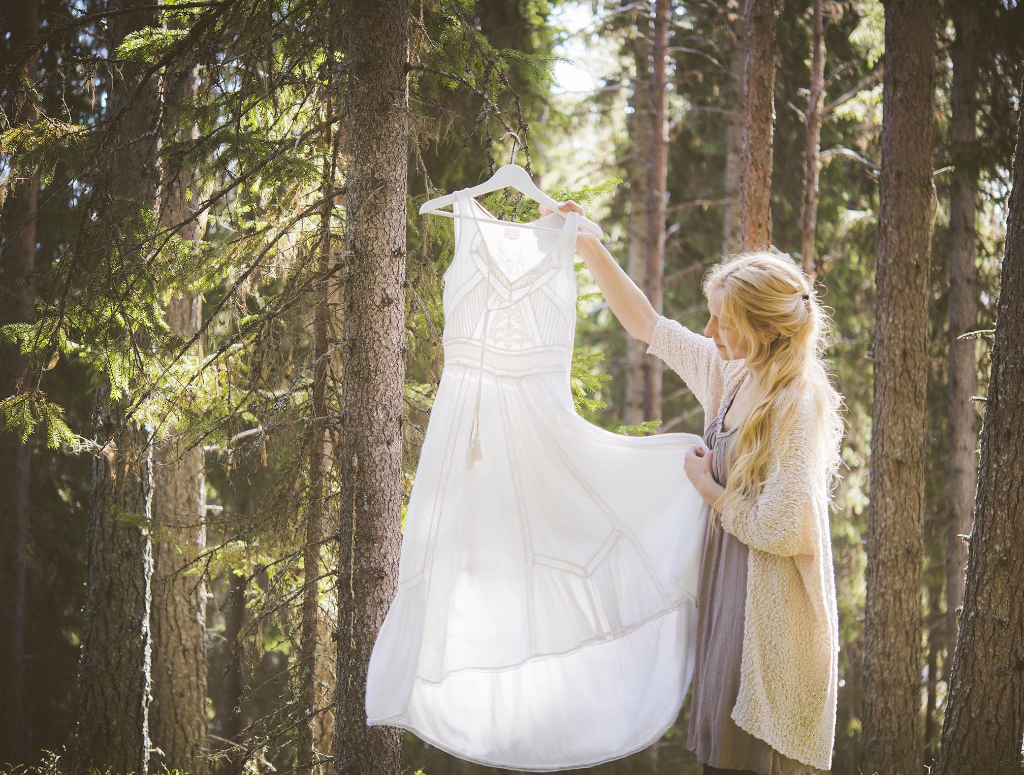 249a7b4c1b5b Klänningen som jag ska ha på mig på galan är en vit, lång klänning som jag  har haft på mig oändligt många gånger när jag varit ute i skogarna.