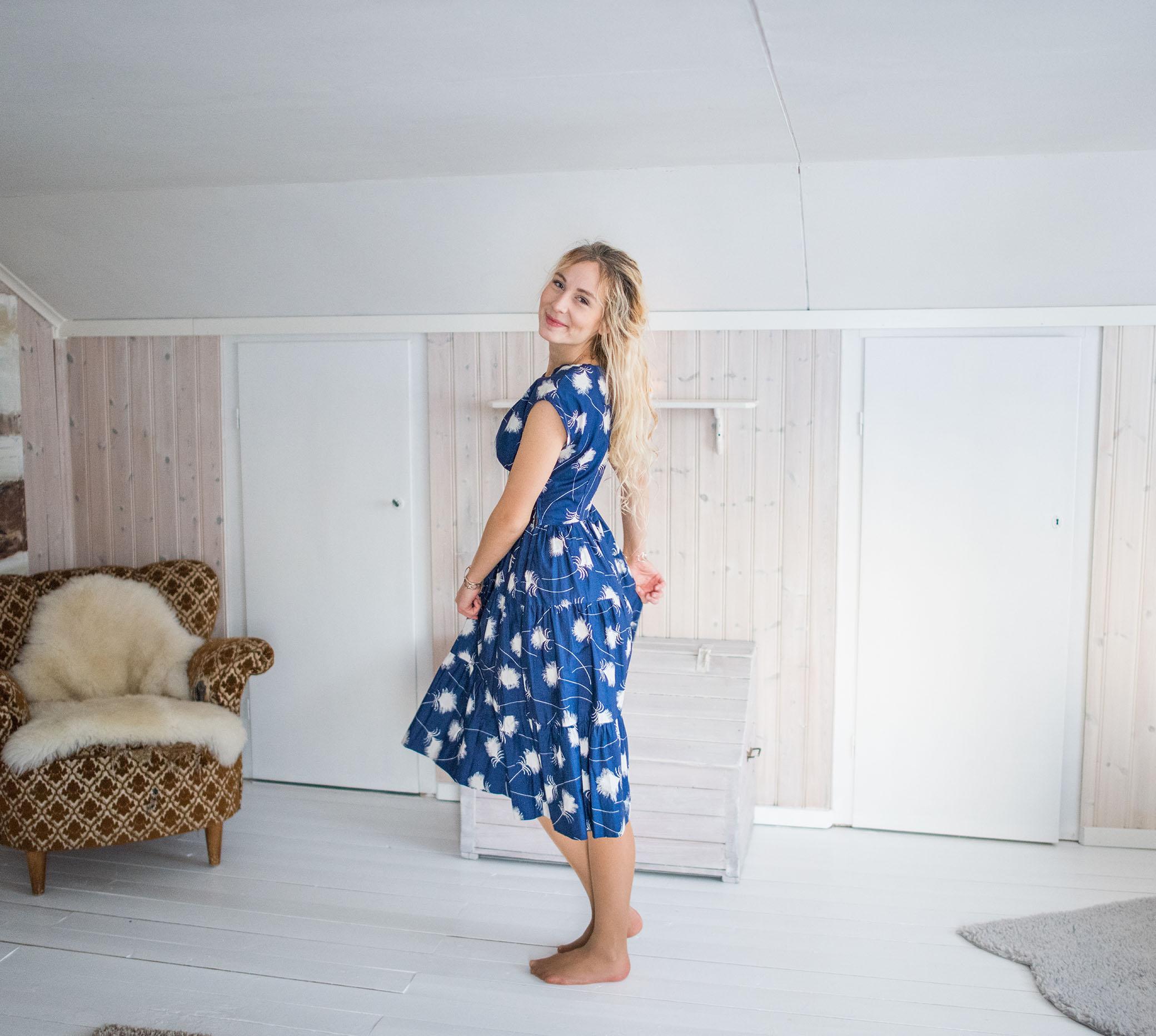f412626ad275 Och sen köpte jag den här vackra blå klänningen, med mönster av vad jag  tror är en av mina absoluta favoritblommor!! Jag kallar dom för  bomullsblommor, ...