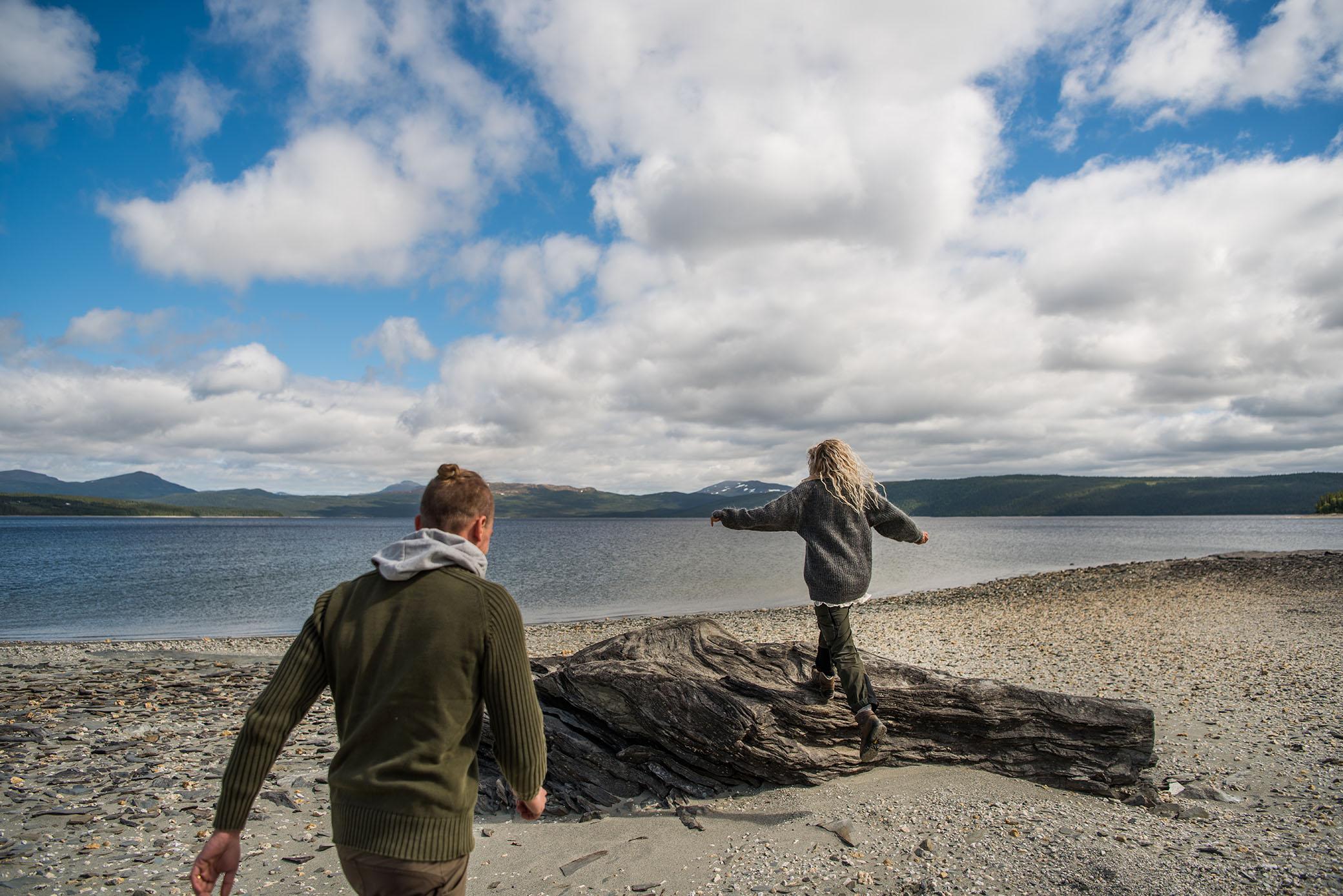 62aa7815029e Vi åkte vidare och nådde sen Stora Blåsjön. Vi stannade med en gång och  rusade ut på den stora, vackra stranden. Vi fick en känsla av att vara  utomlands.